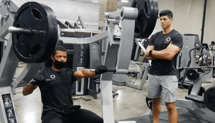 o Athletik personal trainers lifting